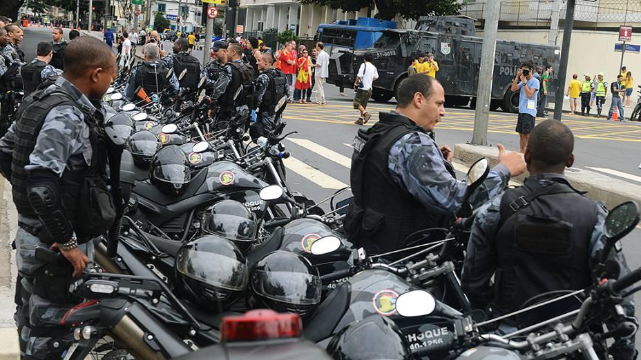Policia fora do estádio do Maracanã antes da final da Copa das Confederações entre Brasil e Espanha, no Rio de Janeiro