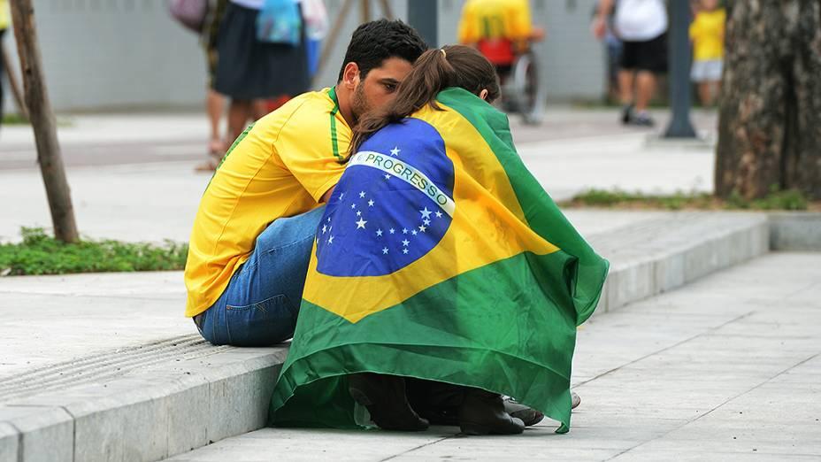 Torcedores fora do estádio do Maracanã antes da final da Copa das Confederações entre Brasil e Espanha, no Rio de Janeiro