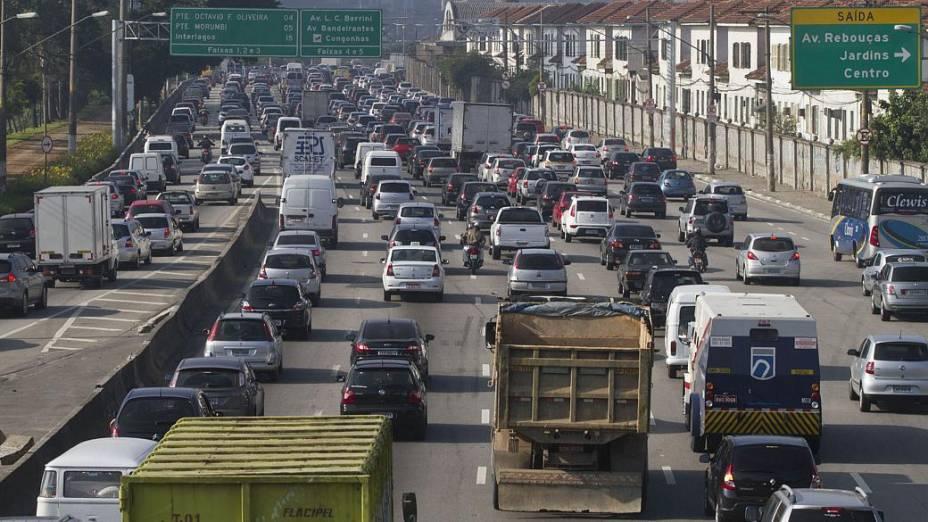 Vista da Marginal Pinheiros na altura da Ponte Eusébio Matoso, na manhã desta quarta-feira. As greve no metrô e na CPTM complicam o trânsito em São Paulo