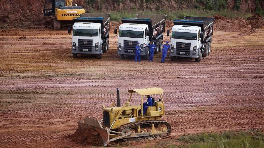 Tratores e caminhões no primeiro dia de obras de construção do estádio do Corinthians, em Itaquera
