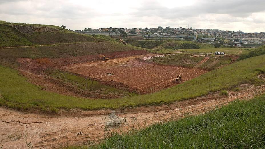 Tratores trabalham no terreno onde será construído o estádio do Corinthians, em Itaquera