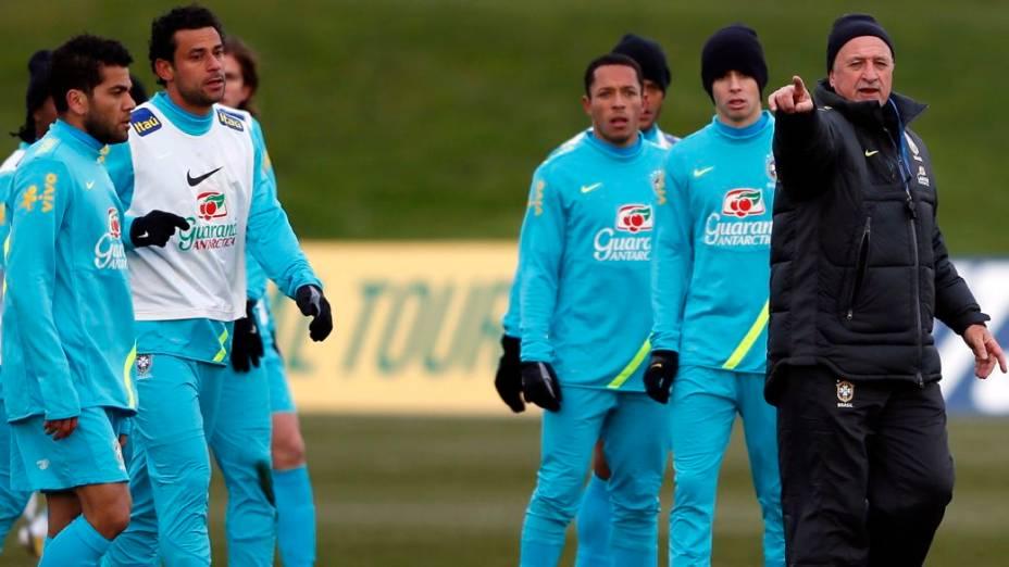 Felipão comanda o primeiro treino da seleção antes do amistoso contra os ingleses, em Londres