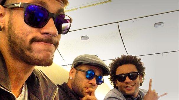 Neymar, Daniel Alves e Marcelo na viagem entre a Espanha e a Coreia do Sul