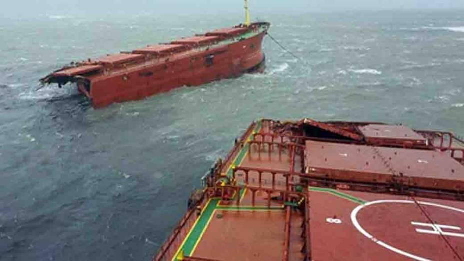 Parte de embarcação que naufragou em Seogwipo, na ilha de Jeju, na Coreia do Sul, após a passagem do tufão Bolaven