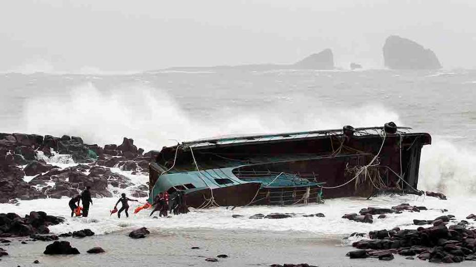 Pescadores deixam a embarcação que naufragou em Seogwipo, na ilha de Jeju (Coreia do Sul), após a passagem do tufão