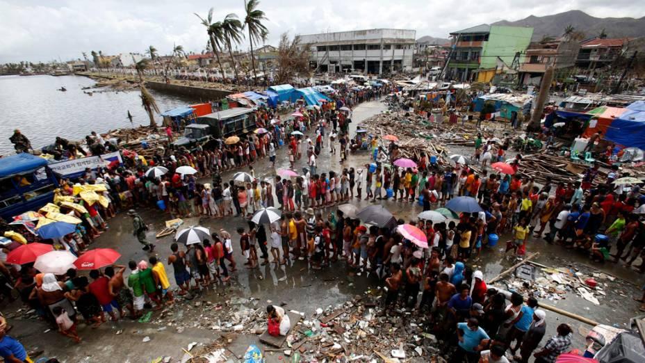 Sobreviventes em fila para receber comida e água, em Tacloban