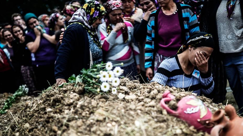 Mulheres choram em enterro de mineiros, depois do acidente em uma mina de carvão na Turquia, na noite de terça-feira (13/05)