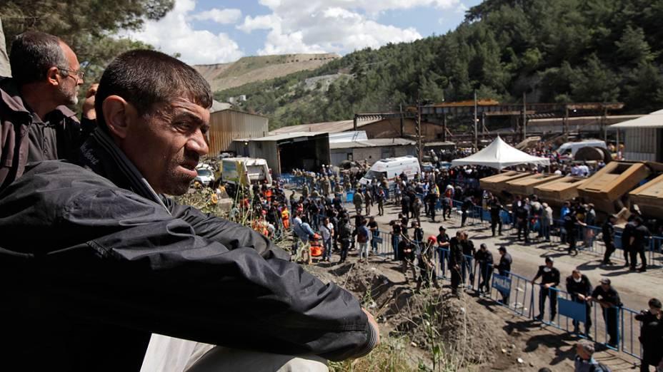 Pessoas esperam por notícias do lado de fora da mina em Soma, oeste da Turquia, depois do acidente que deixou mais de 245 mortos, na noite de terça-feira (13/05)