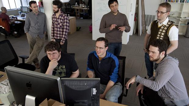 Matthew OConnor, Chris Helstorkamp e Britt Selvitelle na sede do Twitter