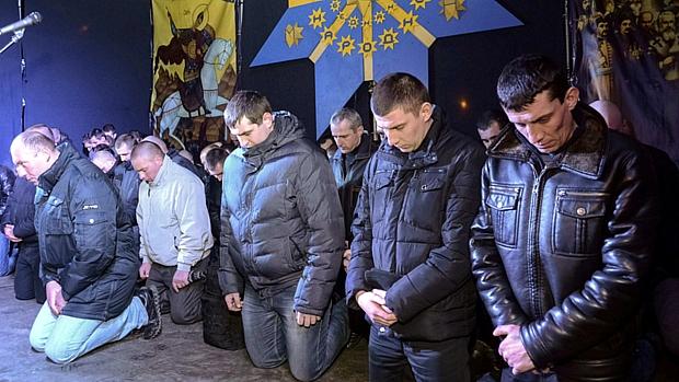 Ajoelhados, policiais da tropa de choque se desculpam por terem atuado na repressão aos protestos na Ucrânia