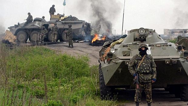 Forças Armadas da Ucrânia cercam posto de controle perto de cidade controlada por separatistas