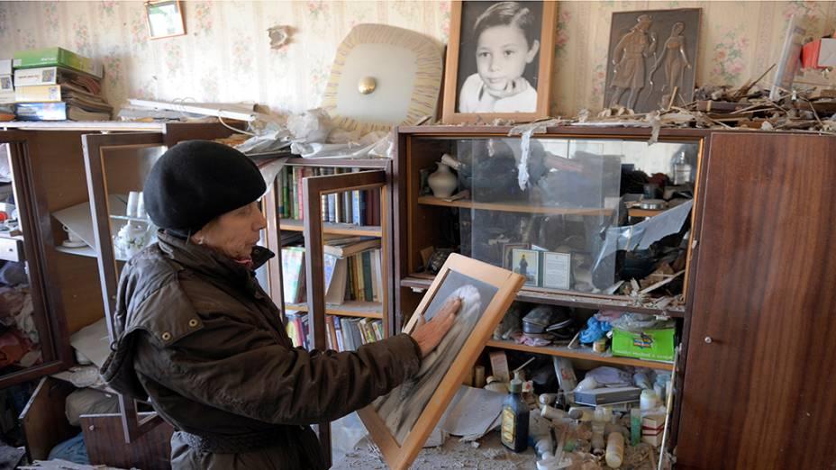 Mulher em seu apartamento, após recente bombardeio em Donetsk, na Ucrânia - 05/11/2014