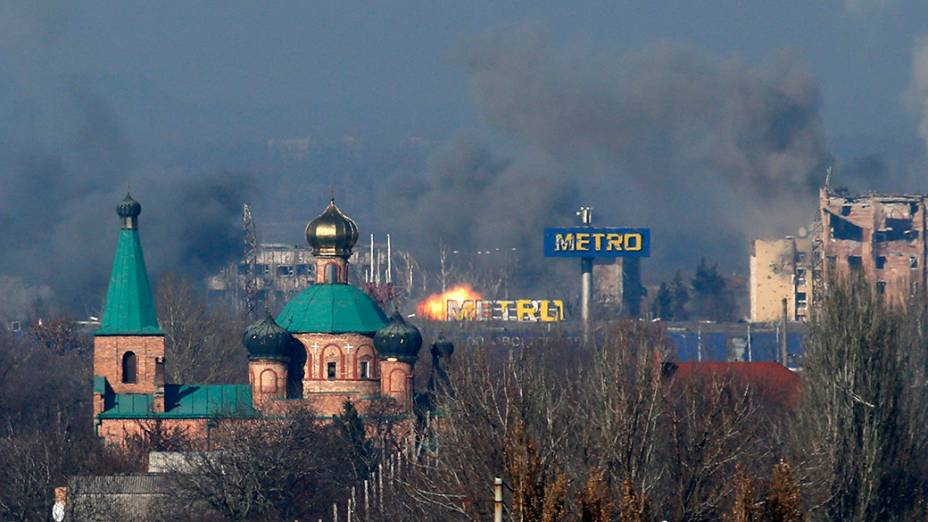 Fumaça no prédio administrativo do Aeroporto Internacional de Sergey Prokofiev após o bombardeio entre separatistas pró-russos e forças do governo da Ucrânia,  em Donetsk - 09/11/2014
