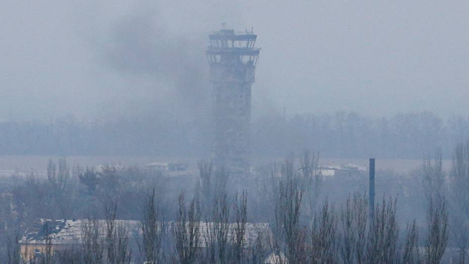 Fumaça no Aeroporto Internacional de Sergey Prokofiev danificada por bombardeios durante a luta entre os separatistas pró-russos e forças do governo ucraniano, em Donetsk - 12/11/2014