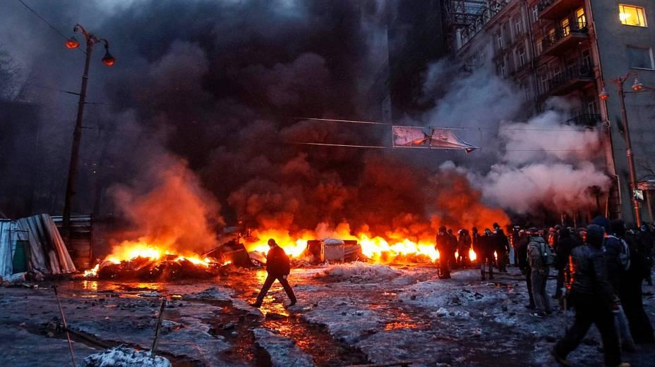 Barricada de fogo construída por manifestantes em protestos na Ucrânia