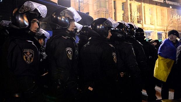 Policiais ucranianos formam barreira na Praça Independência, em Kiev