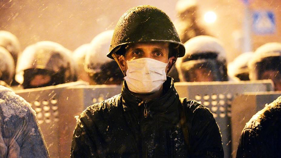 Manifestantes ucranianos encaram tropa de choque em protesto na Praça da Independência, no centro de Kiev