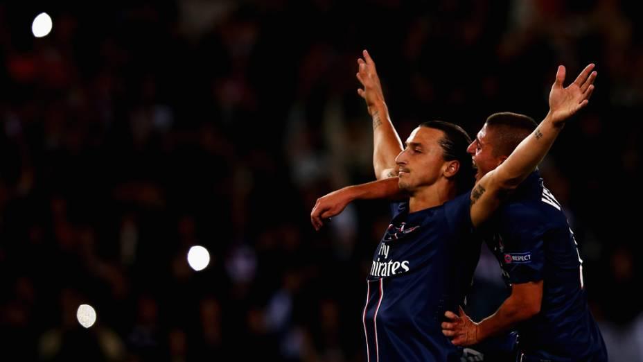 Ibrahimovic comemora gol sobre o Dinamo de Kiev na estreia do PSG na Liga dos Campeões da UEFA