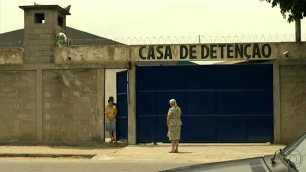 Lucinda vai buscar Carminha na prisão