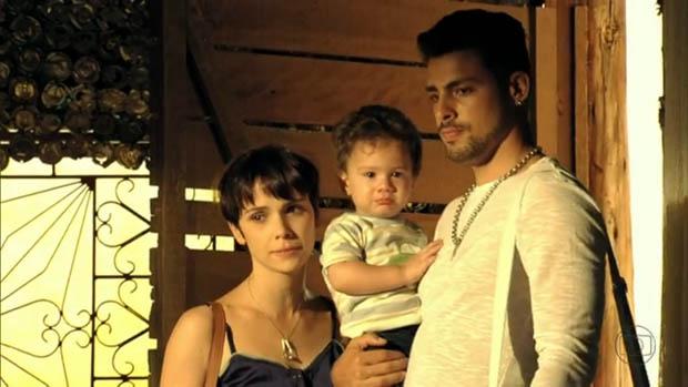 Nina e Jorginho visitam Carminha no lixão