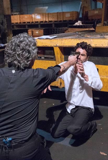 José Alfredo (Alexandre Nero) aponta arma para seu filho José Pedro (Caio Blat)