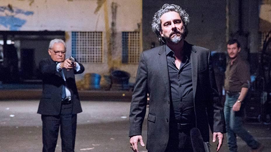 O mordomo Silviano (Othon Bastos) aponta a arma para José Alfredo (Alexandre Nero)