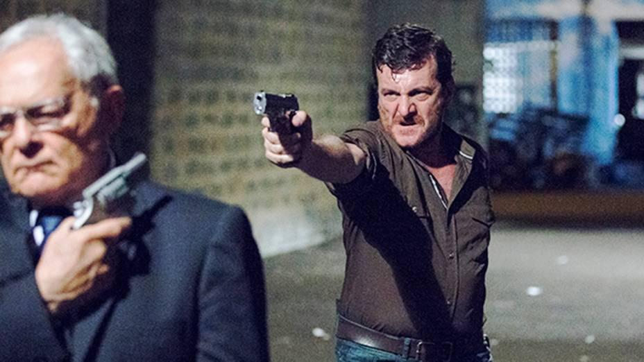Josué (Roberto Birindelli) aponta arma para Silvano (Othon Bastos)