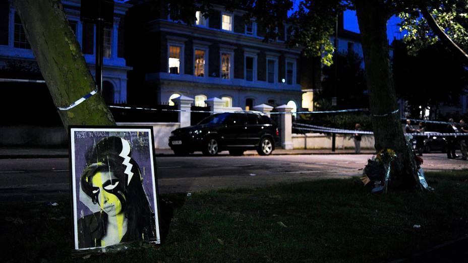 Pintura de Amy deixada próximo à casa em que a cantora foi encontrada morta em 23/07/2011