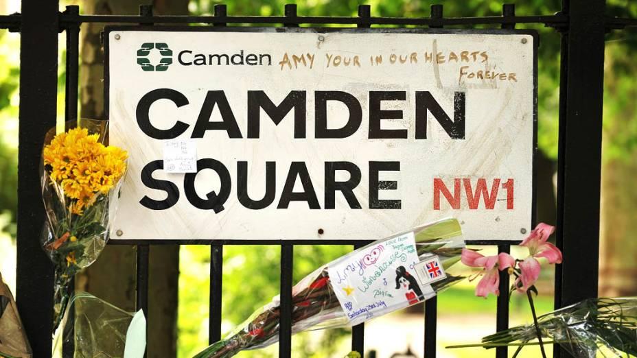 Mensagens para Amy deixadas próximo à casa em que a cantora foi encontrada morta em 23/07/2011