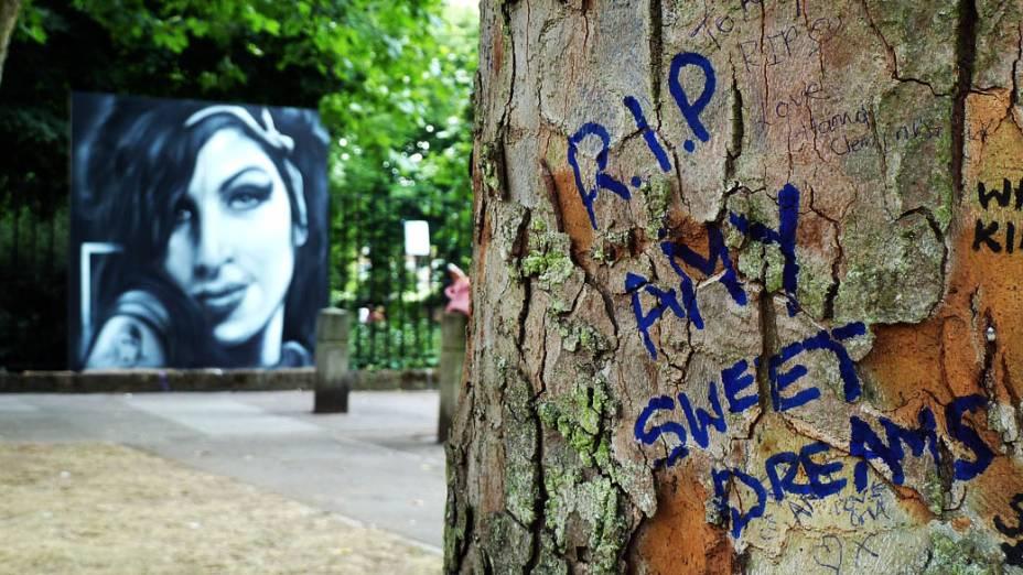 Tributos deixados próximos à casa de Amy Winehouse na praça de Camden, Londres