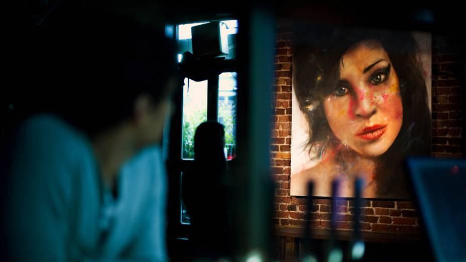 O artista Johan Andersson posa ao lado da pintura de Amy feita por ele no Lock Tavern, um dos bares favoritos da cantora em Londres