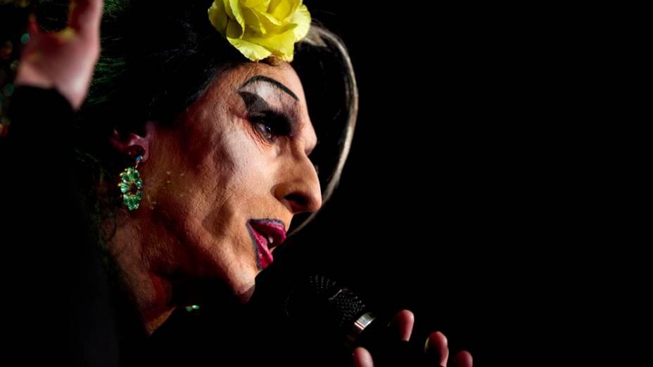 Artista homenageia Amy Winehouse em seu show no Michou Cabaret em Paris