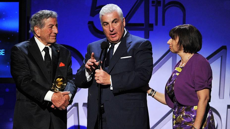 O cantor Tony Bennet entrega prêmio de Melhor Performance Pop para os pais de Amy, Mitch e Janis Winehouse, pela apresentação de Body and Soul da cantora durante o 54º Grammy