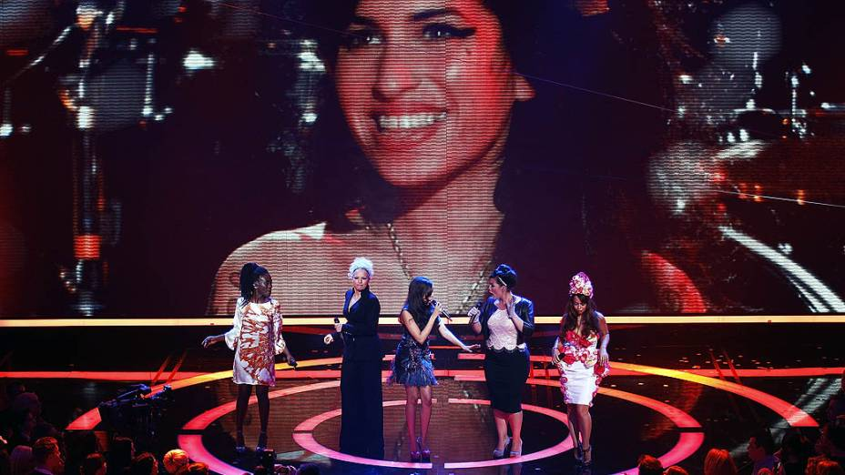Ivy Quainoo, Ina Mueller, Dionne Bromfield, Caro Emerald e Aura Dione se apresentam em tributo à Amy Winehouse no Echo Awards 2012 em Berlim, Alemanha