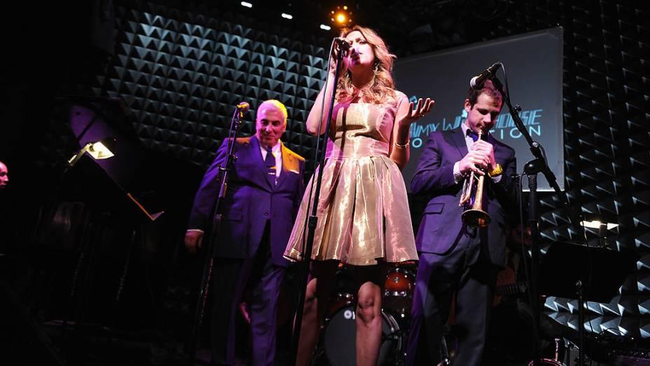 Mitch Winehouse, a cantora Judy Limone e o músico Dominick Farinacci durante inauguração da Fundação Amy Winehouse no Joes Pub em Nova York