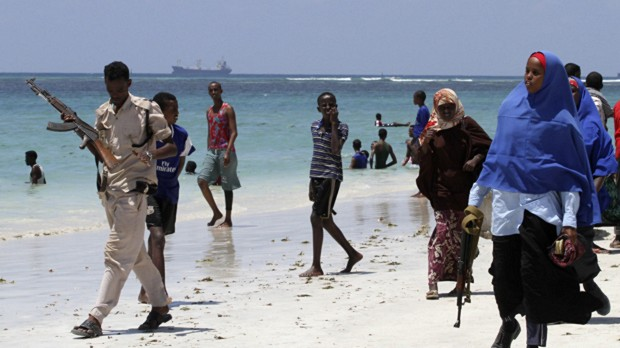 um-policial-da-somalia-patrulha-a-praia-de-lido-no-norte-do-pais-a-regiao-e-palco-da-acao-dos-piratas-e-da-milicia-islamica-al-shabaab-original.jpeg