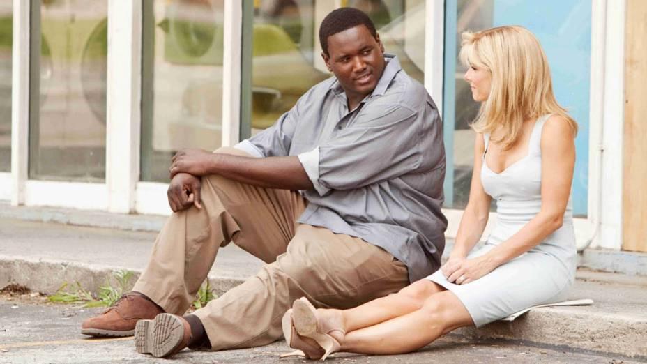 """Quinton Aaron (Michael Oher) e Sandra Bullock (Leigh Anne Tuhoy) personagens do filme <em>""""Histórias Cruzadas""""</em> baseado no livro de Michael Lewis com roteiro e direção John Lee Hancock"""