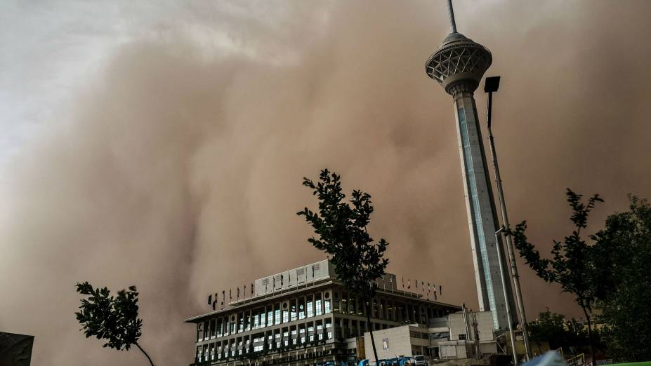 Uma tempestade de areia de grandes proporções provocou mortes em Teerã, capital do Irã