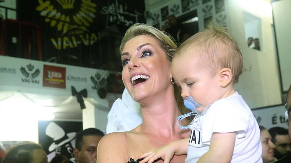 Ana Hickmann leva o filho para a quadra da Vai-vai para comemorar o 15º título do Carnaval de São Paulo