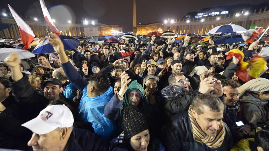 Fiés comemoram fumaça branca, que anuncia a escolha do novo papa, no Vaticano