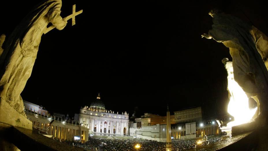 Movimentação na Praça São Pedro, após anuncio da escolha do novo papa