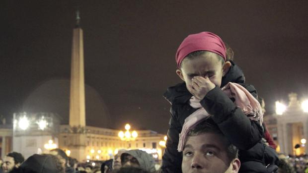Garota chora antes do anuncio do novo papa, no Vaticano
