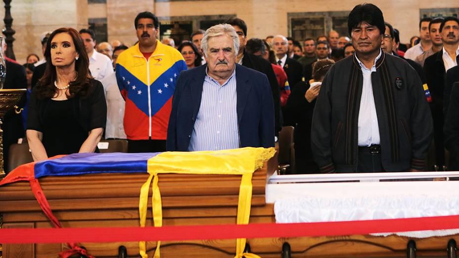 Presidentes da Argentina, Cristina Kirchner, Uruguai, José Mujica, e Bolívia, Evo Morales, comparecem ao velório de Hugo Chávez na Academia Militar de Caracas