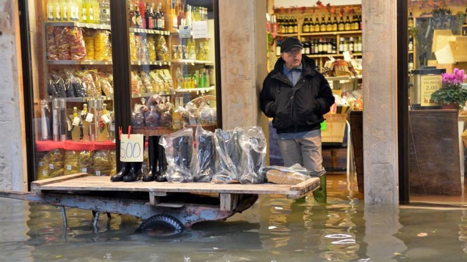 Comércio é invadido pela água em Veneza