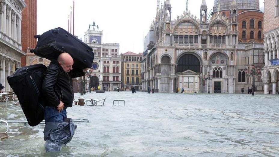 Turista carrega malas pelas ruas de Veneza