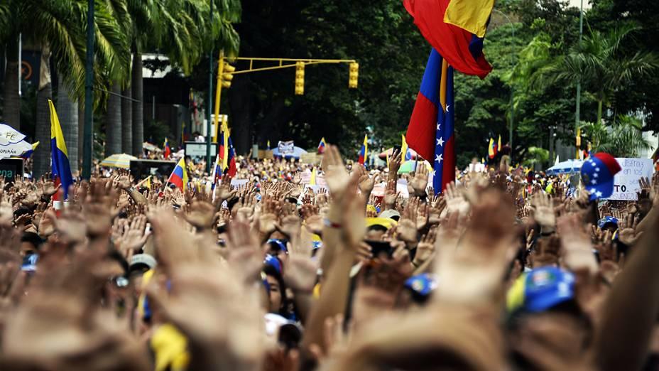 Manifestantes participam de um protesto contra o governo de Nicolás Maduro nesta quinta-feira (27), em Caracas, na Venezuela