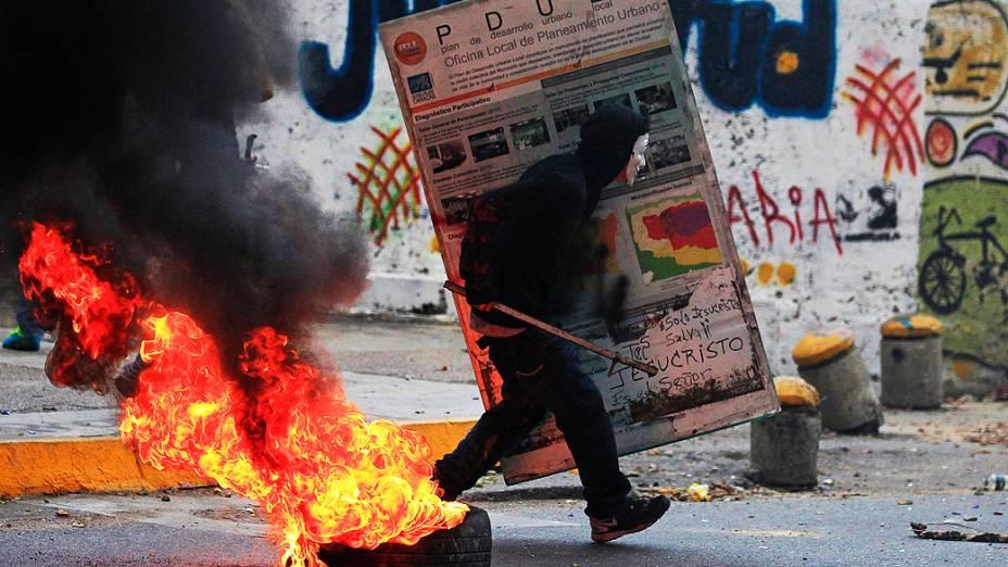 Manifestantes entram em confronto contra membros da guarda nacional durante um protesto contra o governo de Nicolás Maduro nesta quinta-feira (27), em Caracas, na Venezuela