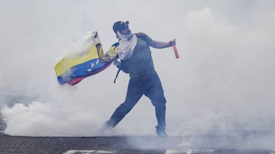 Homem enfrenta a Guarda Nacional Bolivariana durante protesto na Venezuela, nesta quinta-feira (27)