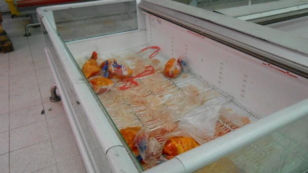 venezuelanos-precisam-lidar-com-a-escassez-de-frango-em-um-supermercado-de-caracas-original.jpeg