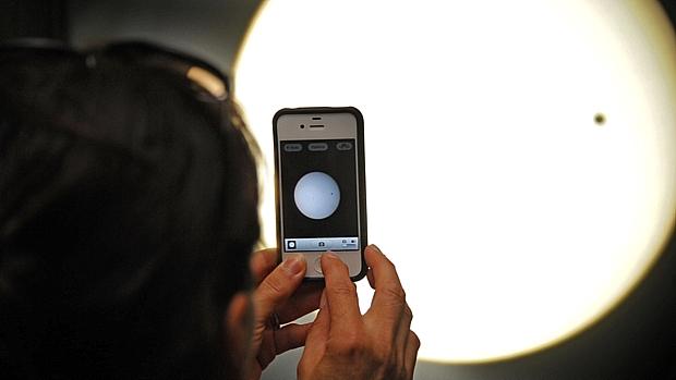 <p>Homem usa iPhone para fotografar passagem de Vênus pelo Sol nos Estados Unidos</p>